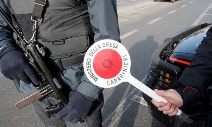 Passaggio di pacchi sospetti in strada: dentro c'erano droga e contanti