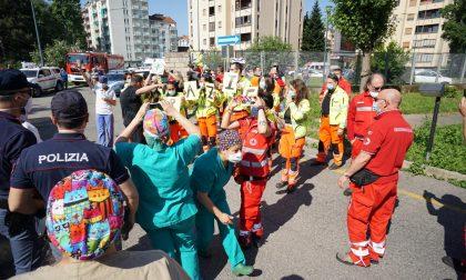 Grazie medici e infermieri, il flash mob dei soccorritori all'ospedale FOTO
