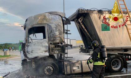 Camion in fiamme in autogrill, ustionato camionista torinese: aveva acceso un fornelletto