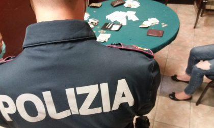 Bisca clandestina in un bar: all'arrivo dei carabinieri i giocatori tentano di nascondere i soldi