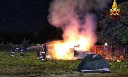 Camper avvolto dalle fiamme in piazza d'Armi: intervengono i Vigili del Fuoco FOTO