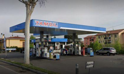 Giovani ladre approfittano della distrazione del benzinaio e rubano l'intero incasso