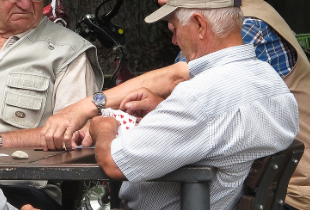 Al bar a giocare a carte, tutti senza mascherina: i carabinieri fanno chiudere per 5 giorni