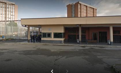 Detenuto disabile prende a pugni e stampellate guardia carceraria rompendogli la mano