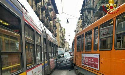 Auto si incastra tra due tram, conducente illeso FOTO