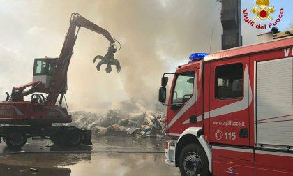 In fiamme un deposito di rifiuti LE FOTO