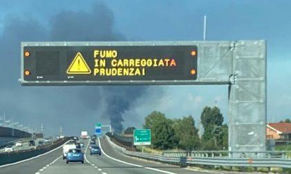 Maxi incendio alle porte di Torino, messaggi di allerta sull'A4