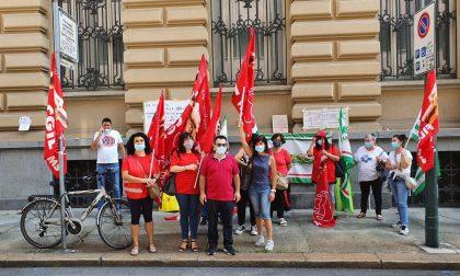 La protesta dei lavoratori dell'appalto pulizie delle sedi INPS
