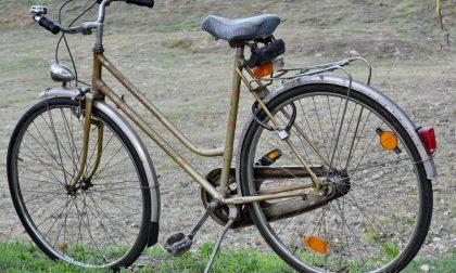 Voleva la sua dose, ma si prende solo un sellino da bici in testa