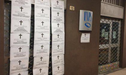 """""""Morti aspettando la cassa integrazione"""": necrologi shock di CasaPound a Torino e provincia"""