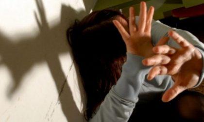 Lancia un sanpietrino contro la moglie: arrestato