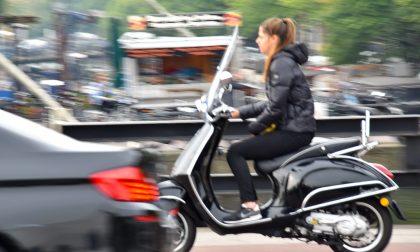 Sullo scooter del collega e senza patente: sanzionati entrambi