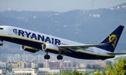 """Ryanair riapre altre tratte ma è polemica con l'Italia: """"Assurdo vietare il bagaglio a mano"""""""