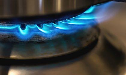 """Stacca gas e corrente e chiude fuori casa moglie e figlio: """"Non erano attenti alle bollette"""""""