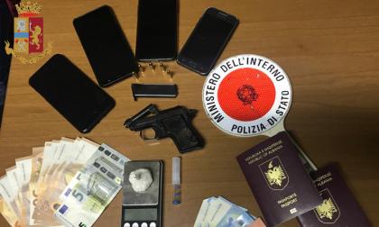 Non solo spacciatori: in casa avevano una pistola. Arrestati