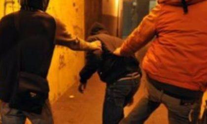 Branco di 30 giovani rapina e aggredisce due minori: tre arresti