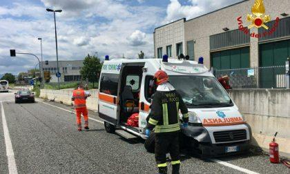 Ambulanza soccorre un uomo scampato da un incendio e si schianta