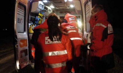 Fugge dalla polizia dopo un furto con in auto moglie e figli: tutti feriti dopo uno schianto