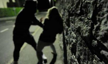 Aggredisce una donna, le ruba il cellulare poi scappa: ma la sua fuga dura poco
