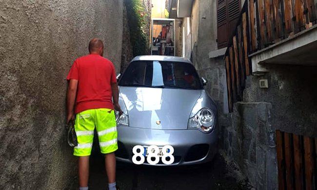 Seguiva il navigatore ed è rimasto incastrato con la sua Porsche