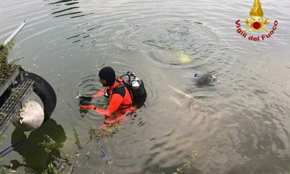 La distrazione di un attimo e l'auto scivola nel lago