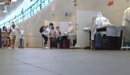 Tutti in fila per il tampone gratuito per chi torna dai luoghi all'estero a rischio VIDEO