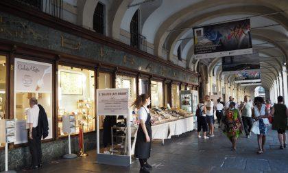 """La bancarella in piazza San Carlo non sarà """"chic"""", ma è molto meglio di una serranda abbassata"""