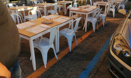 Tavolini della pizzeria sulla ciclabile: la protesta feroce sui social