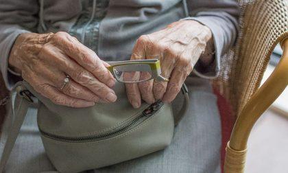 Truffavano anziani installando rilevatori di perdite di gas