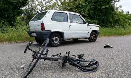 """Ottantenne """"incerto"""" investe due ciclisti: si ferma… poi scappa"""
