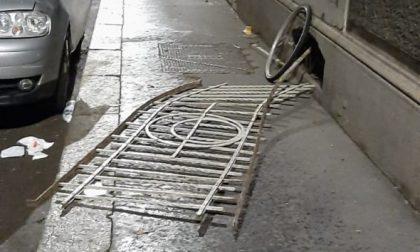 Cede la ringhiera del balcone: uomo cade su un'auto parcheggiata