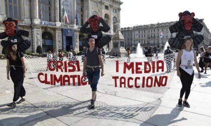 Manifestanti incatenati in piazza a Torino per l'emergenza climatica