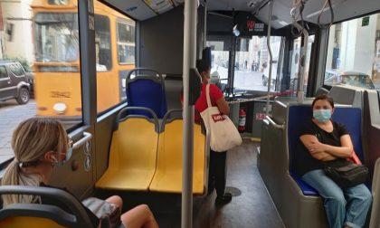 E' senza biglietto del bus e aggredisce il controllore