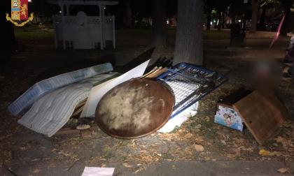 Belli tranquilli scaricavano rifiuti pesanti in un parco cittadino: arrestati