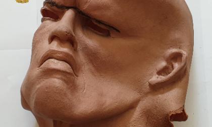"""""""Vi contagio tutti"""": entra in banca mascherato da The Rock e al posto della pistola… un colpo di tosse"""