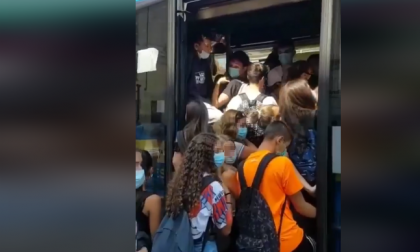 Selvaggia Lucarelli mostra gli studenti torinesi compressi sul bus: alla faccia del distanziamento