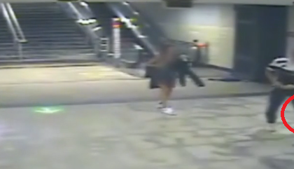 Agghiacciante tentato omicidio con una roncola alla stazione della metro: minorenne ferito VIDEO