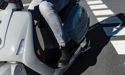 Motociclista fugge con due borselli appena rubati, peccato che cada dopo pochi metri sotto gli occhi del proprietario