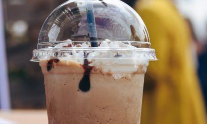 Si mette in coda da Starbucks ma invece di un frappuccino vorrebbe un portafoglio