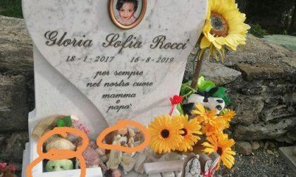 """Una mamma disperata su Facebook:""""Hanno rubato i peluche sulla tomba della mia bimba"""""""