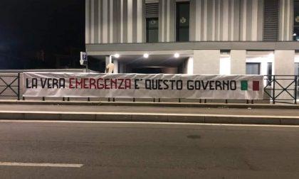 """Striscione affisso nella notte a Torino: """"La vera emergenza è questo Governo"""""""