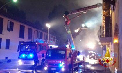 Incendio in casa, pompiere salva una famiglia ma rimane ferito
