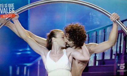 Tu si que vales: la performance di due acrobati torinesi è un sogno d'amore che emoziona giuria e pubblico