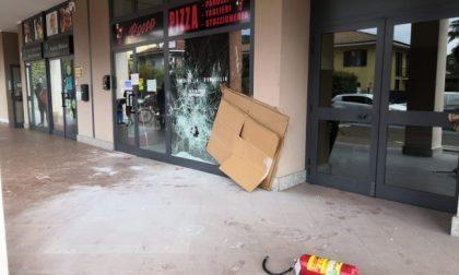 Dopo aver cercato di uccidere i gestori di una pizzeria gli spaccano la vetrina del locale FOTO