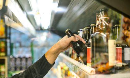 Ruba prodotti alimentari e aggredisce il vigilantes per guadagnarsi la fuga