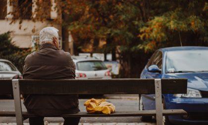 """Sporca la giacca all'anziano e poi cerca di """"ripulirlo"""" portandogli via anche il portafoglio"""