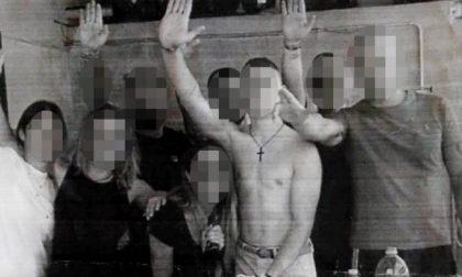 Postano la foto mentre fanno il saluto romano, letame davanti all'attività di una delle protagoniste