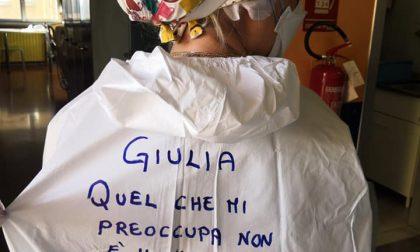 Le foto dei messaggi scritti sulla schiena degli infermieri dell'ospedale di Rivoli