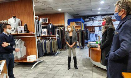 Chiara Appendino in visita a Ivana e Mauro del negozio Tec Abbigliamento