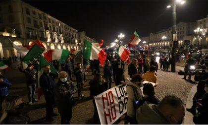 Blitz dei negazionisti alla seconda manifestazione anti Dpcm in centro a Torino